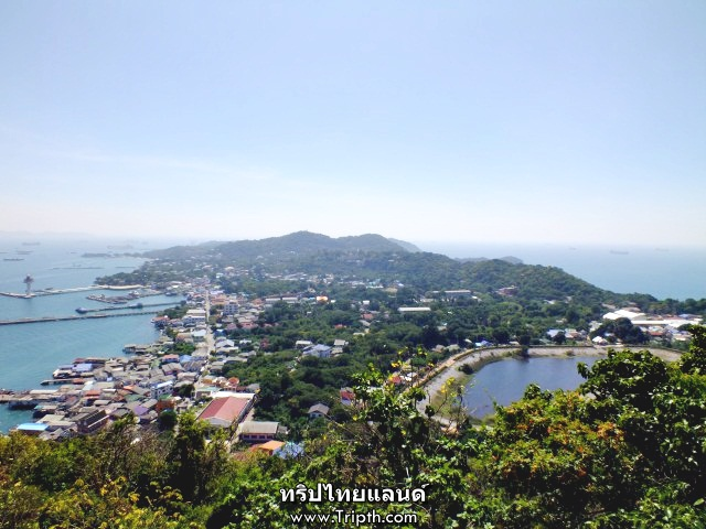 ด้านบนสามารถมองเห็นรอบทะเลทั้ง 2 ฝั่งของเกาะสีชัง