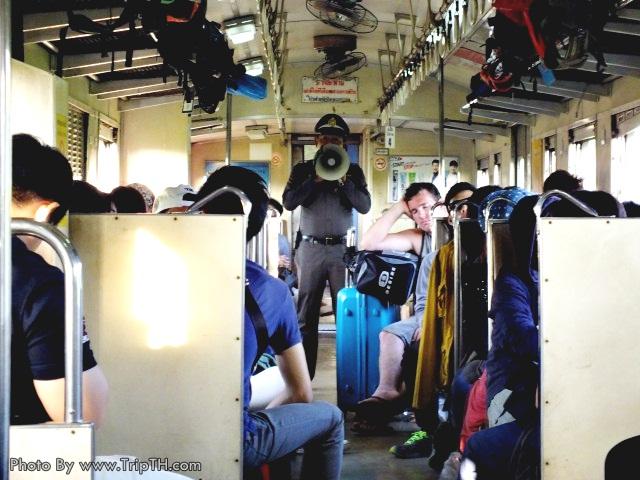 เจ้าหน้าที่ตำรวจรถไฟหำลังบรรยายให้ผู้โดยสายฟัง