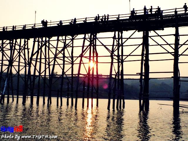 นั่งดูพระอาทิตย์ตก สะพานมอญ