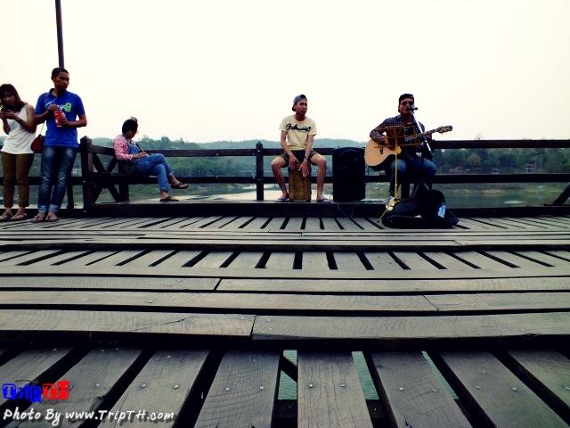 นั่งฟังดนตรีชิลๆ บนสะพานมอญ