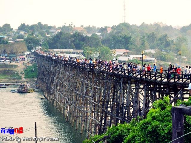 บรรยากาศ บนสะพานมอญ
