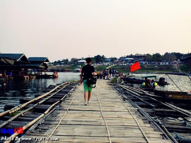 เดินเล่นบนสะพานลูกบวบ