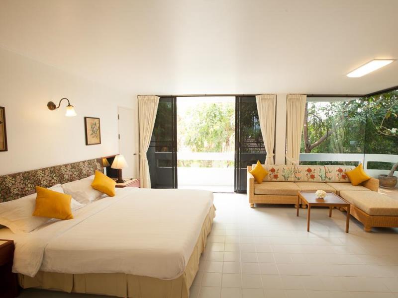 โรงแรมเนินชเล บีช ฟรอนท์ (Nern Chalet Beachfront Hotel)